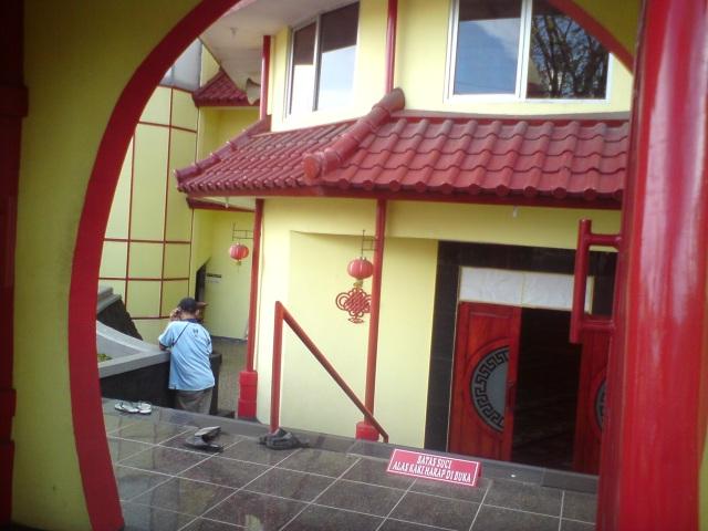Masjid Al Imtizaj yang bernuansa merah dengan ornamen khas China