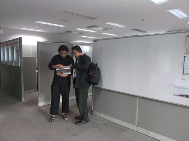 Diskusi dengan Dekan STEI, Prof. Suwarno, di dalam Information Theory and Signal Processing Lab. JAIST