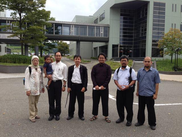 Kunjungan balik dari STEI-ITB, dari sebelahi kiri, Ibu Hira, Aidin, Pak Khoirul, Pak Rinaldi, Pak Reza, Pak Trio, dan Pak Didin